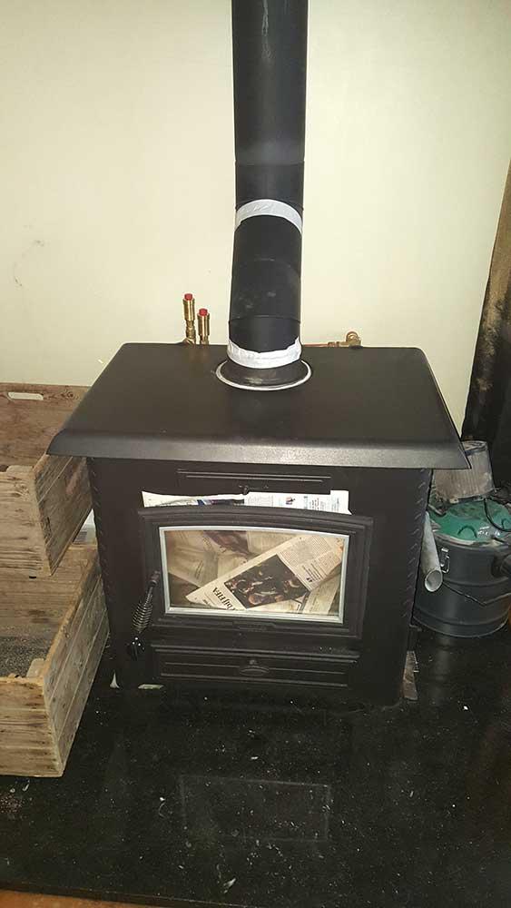 voorbereiding vegen van rookkanaal van een houtkachel