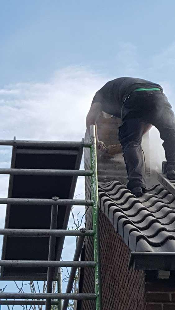 schoorsteen opnieuw voegen en hoge drukspuit schoonmaken