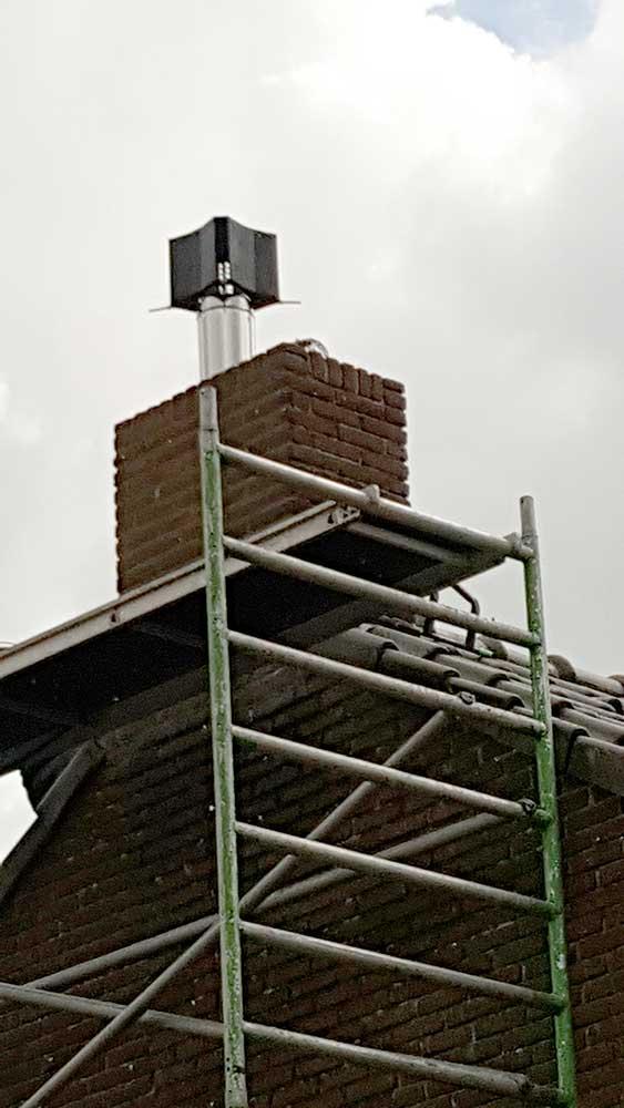 gerenoveerde schoorsteen met schoorsteenkap