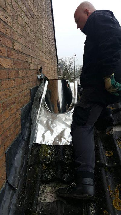 gat in dak voor RVS dubbelwandig rookkanaal aanleggen