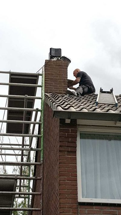 opnieuw voegen schoorsteen op het dak