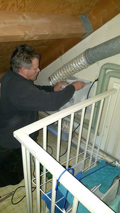 nieuwe-ventilatie-box-wordt-op-de-kanalen-van-de-mechanische-ventilatie-aangesloten-en-geplaatst